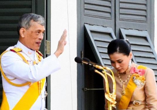 زندگی عجیب پادشاه تایلند، از ازدواج با بادیگارد شخصی تا انتشار عکسی که سایت دربار را مسدود کرد