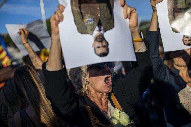 استقبال معترضان کاتالونیایی از پادشاه اسپانیا: کاتالونیا شاه ندارد
