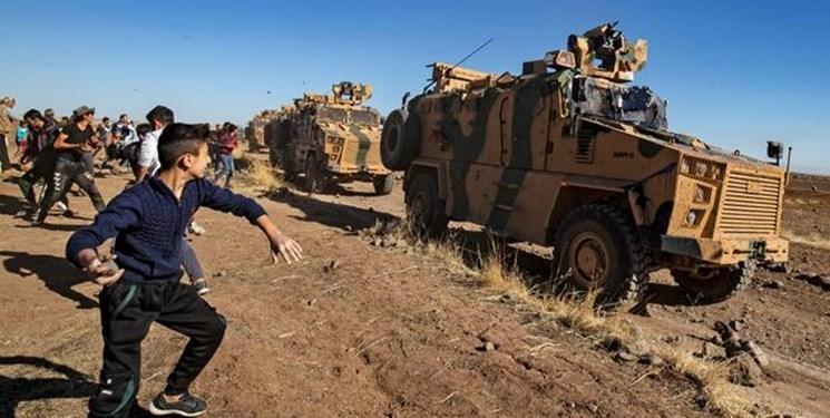 فیلم ، اعتراض به کاروان نظامی ترکیه با سنگ و تخم مرغ در شمال سوریه