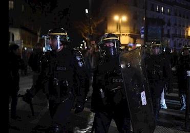 تظاهرکنندگان به سالن تئاتری که مکرون در آن بود حمله کردند