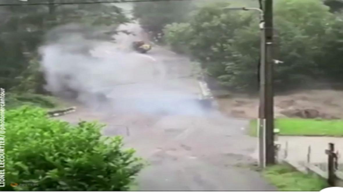 لحظه وحشتناک ریزش پل در فرانسه به دلیل انفجار یک خط برق