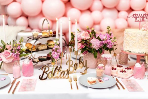 ایده های جذاب و زیبا برای تزیین میز تولد با گل و شمع