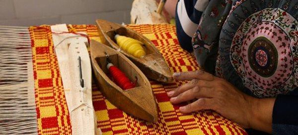 هنرمندان روستای خرانق با مشکلاتی در زمینه تامین مواد اولیه و بازار عرضه روبرو هستند